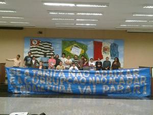 Grupo de manifestantes ocupa Câmara de Indaiatuba  (Foto: Amanda Gotsfritz)