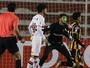 Falha, artilheiro expulso e zagueiro no gol: São Paulo deixa torcedor sem ar