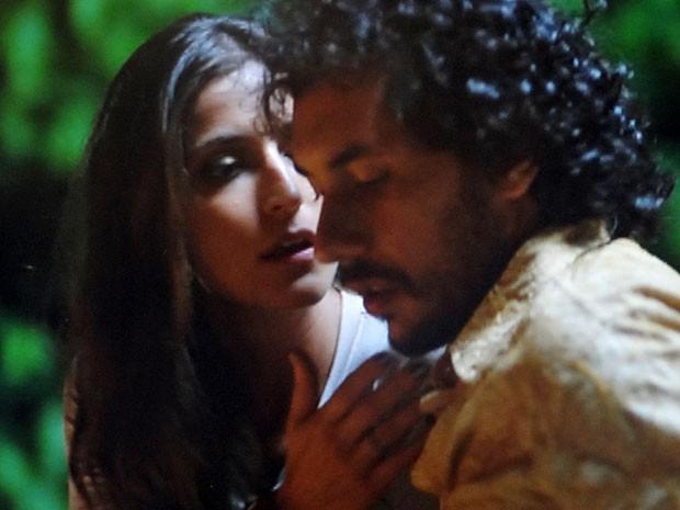 Lino foge do beijo de Carol (Foto: Flor do Caribe / TV Globo)