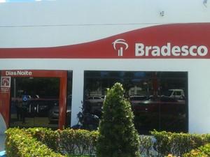 Agência do Bradesco foi assaltada no bairro do Farol (Foto: Carolina Sanches/ G1)