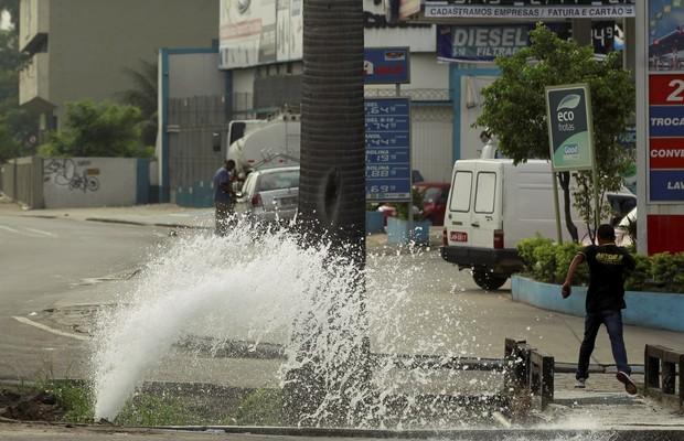 Vazamento de água em tubulação da Cedae no Rio do Janeiro (Foto: Gabriel de Paiva/ Agência O Globo)