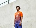 "Do laranja ao azul: Manchester City apresenta terceiro uniforme ""ousado"""