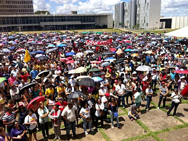 Professores reunidos em assembleia na Praça do Buriti, em Brasília (Foto: Isabella Formiga/G1)