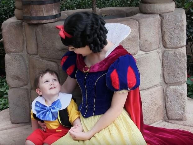 Garoto de dois anos interage com a personagem Branca de Neve no parque da Disney; ele tem autismo (Foto: Reprodução/Youtube/Amanda Coley)