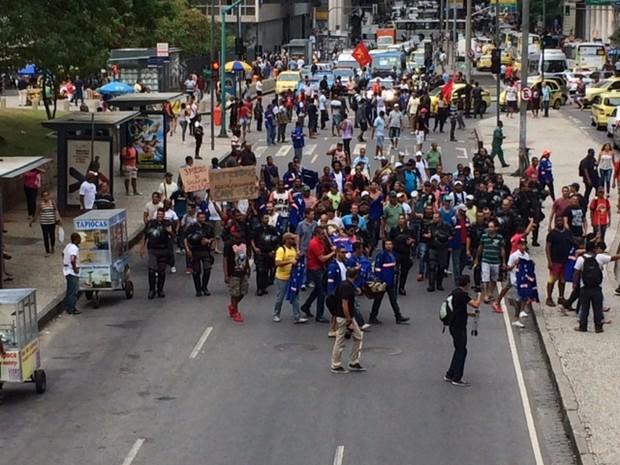 Grupo chegou a fechar ruas do centro no protesto de funcionários do Comperj (Foto: Cristina Boeckel / G1)
