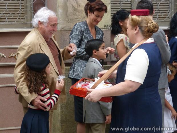 Apolônio come o bombom sem nem imaginar que ele estava batizado (Foto: Joia Rara/ TV Globo)