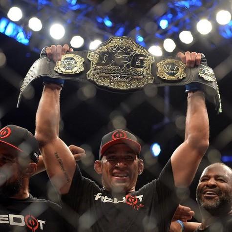 Fabrício Werdum - estrela do UFC 198 - comemora a conquista do título do UFC contra Cain Velásquez (Foto: Divulgação)