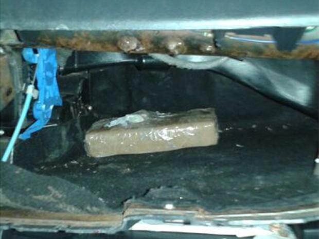 Suspeitos tentaram esconder a droga no compartimento de air bag do carro (Foto: Polícia Rodoviária de Ribeirão Preto)