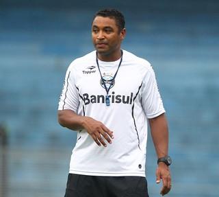 Roger é o técnico substittuto durante punição de Luxa (Foto: Lucas Uebel/Grêmio FBPA)