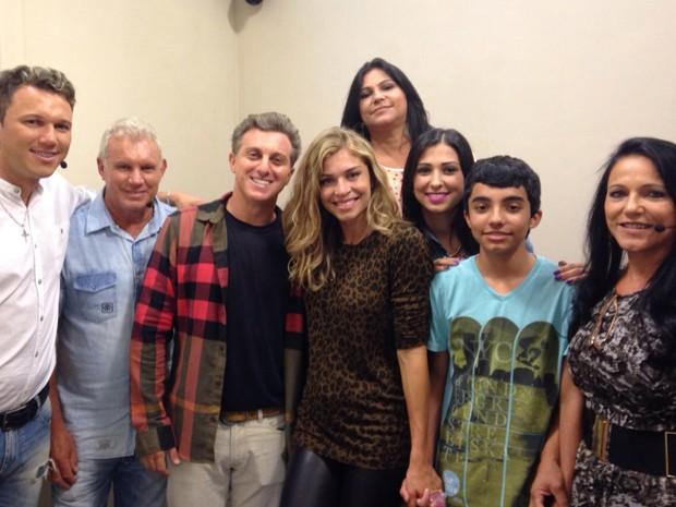 Luciano Huck tira foto com Grazi e família (Foto: Giuline Bastos / Gshow)