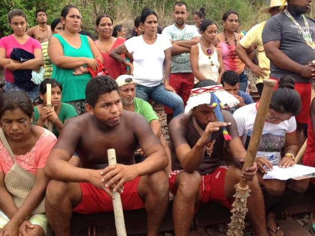 Índios ocupam linha férrea em Resplendor (Foto: Ezequiel Medeiros / Arquivo Pessoal)