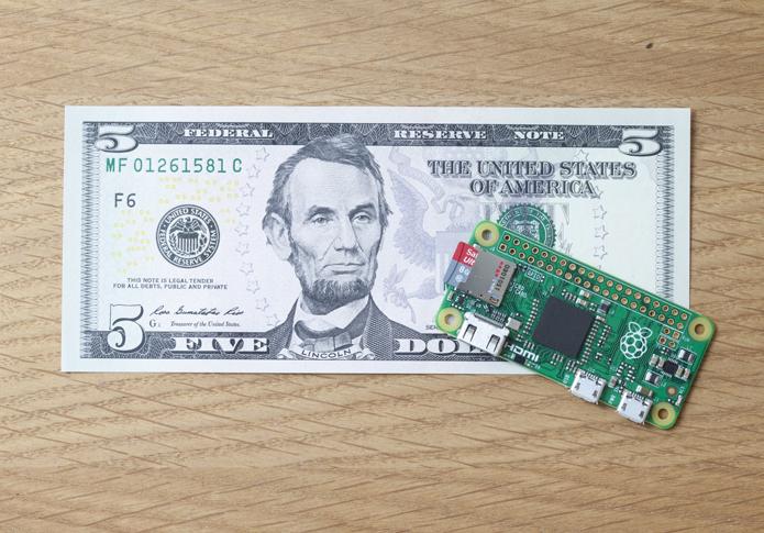Novo Raspberry Pi Zero é menor que os modelos anteriores e custa apenas US$ 5 (Foto: Divulgação/Raspberry Pi Foundation)