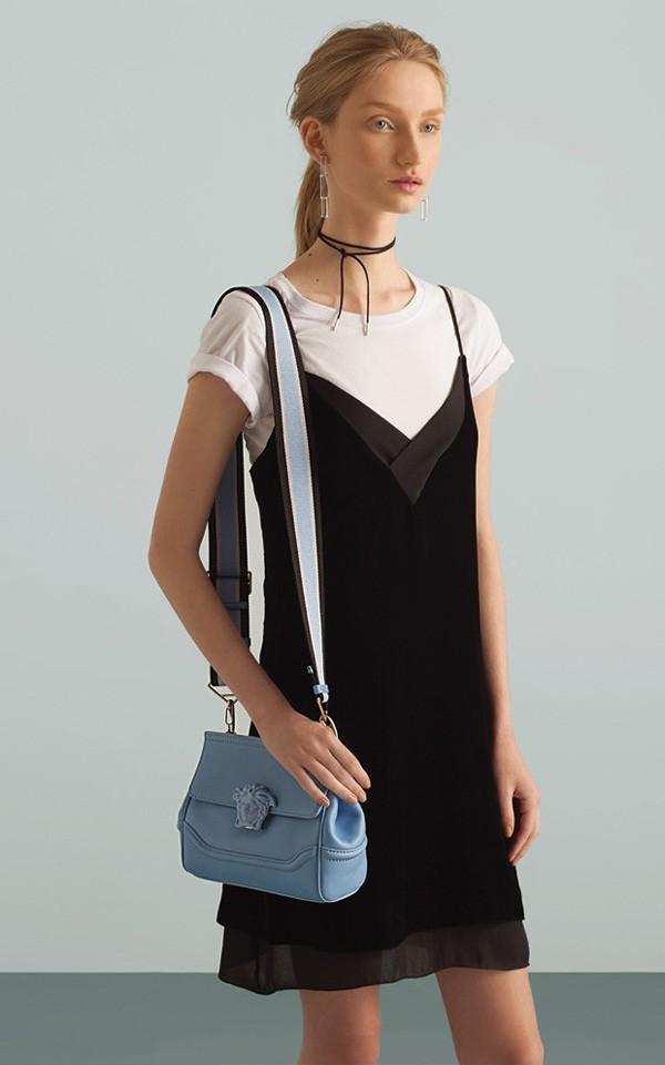 Vestido Calvin Klein, R$ 690, sobre camiseta de algodão Hering, R$ 35. Brincos V Wearable Objects, R$ 680. Choker de couro Gemma, R$ 38. Bolsa Versace, R$ 7.990 (Foto: Adriano Damas - Galpão 833)