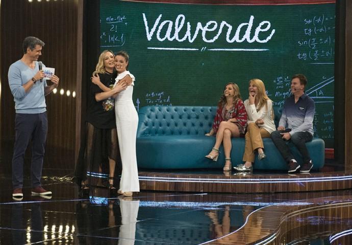 Claudia Leitte e Isis Valverde se abraçam durante uma brincadeira do 'Tamanho Família' (Foto: Renato Rocha Miranda / Globo)
