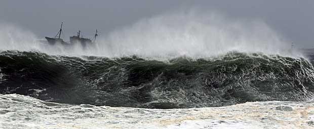 Ondas gigantes atingiram barco de pesca chinês na região da ilha de Jeju, águas da Coreia do Sul. (Foto: Kim Ho-Chon / Yonhap / Reuters)