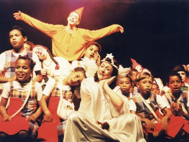 Espetáculo Roda que Rola, o primeiro do grupo Ponto de Partida com o Coro Meninos de Araçuaí (Foto: Divulgação/ Ponto de Partida)