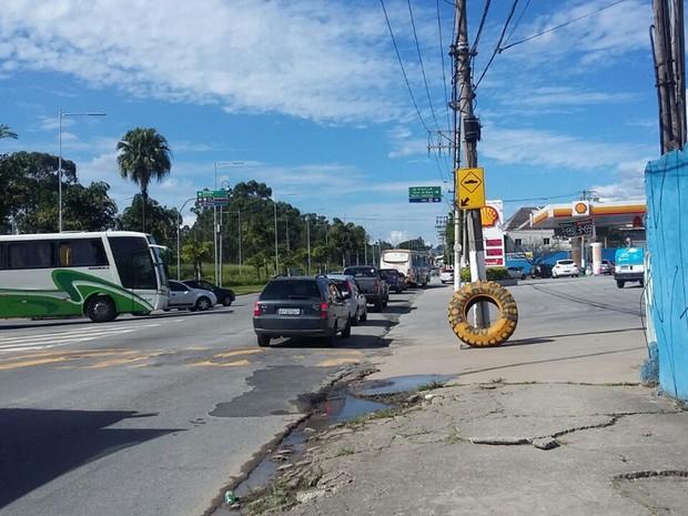 Trânsito na Avenida Francisco Rodrigues Filho, em Mogi das Cruzes, após batida de ônibus (Foto: Maiara Barbosa/G1)