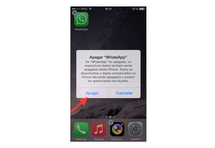 Deletando e reinstalando o WhatsApp para tentar resolver problemas de conexão do mensageiro no iOS (Foto: Reprodução/Marvin Costa)