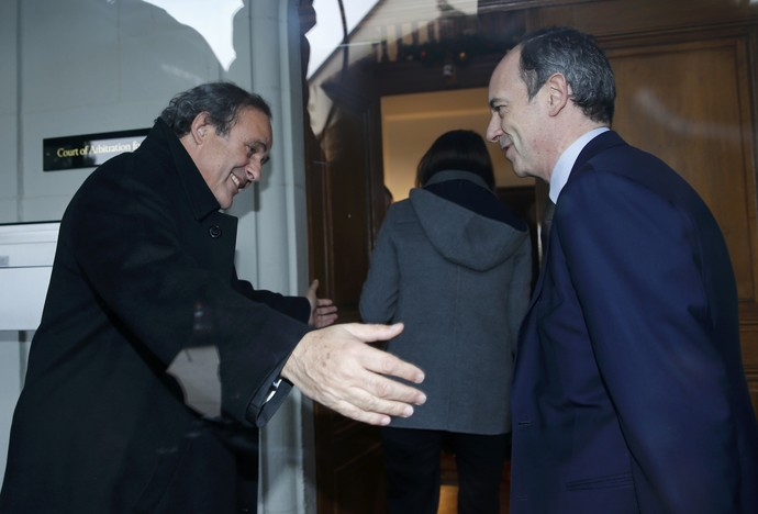 Michel Platini e advogado Thomas Clay audiência TAS (Tribunal Arbitral do Esporte) (Foto: REUTERS/Denis Balibouse)