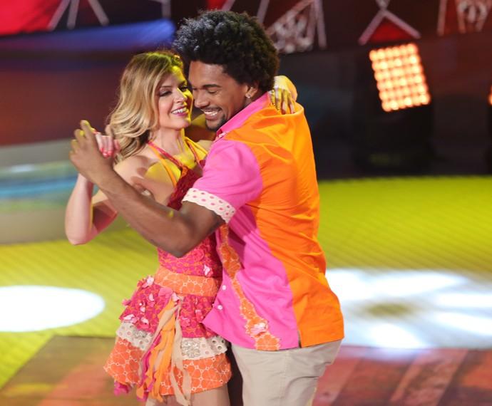 Mariana Santos dança coladinho com professor (Foto: Carol Caminha / Gshow)