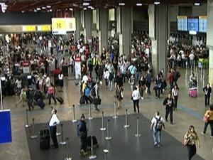 Aeroporto de Guarulhos tem movimento intenso na véspera do feriado de Natal/GNews (Foto: Reprodução Globo News)