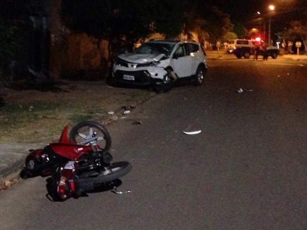 Com a batida, jovens em moto foram arremessados no para-brisa (Foto: Jack Morares/ 24 Horas Notícias)
