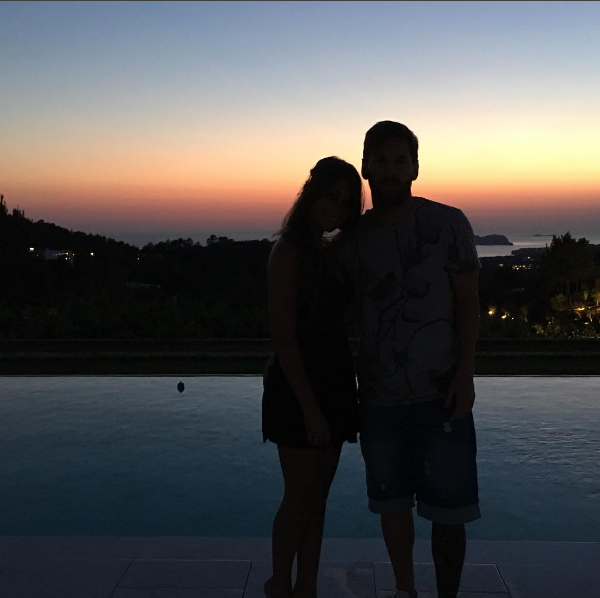 """BLOG: Ainda de férias, Antonella posta foto no entardecer com Messi: """"Apaixonada"""""""