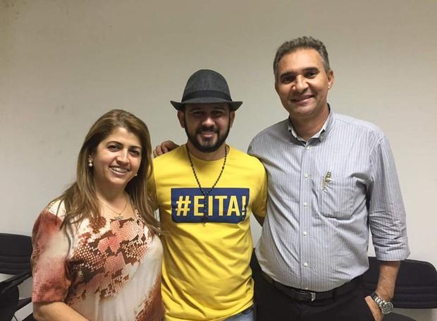 Bráulio Bessa com os representantes da TV Grande Rio, Joelma Amorim e Alde Rodrigues (Foto: Marketing/TV Grande Rio)