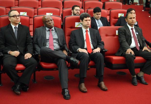 O MINISTRO JOAQUIM BARBOSA ASSISTE AO TERCEIRO DIA DO JULGAMENTO NO TSE (Foto: TSE)