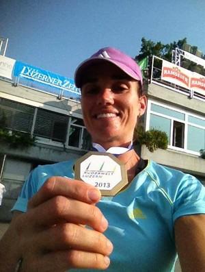 Fabiana Beltrame exibe sua medalha de ouro (Foto: Reprodução/Facebook)