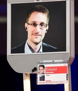 Durante o TED, Snowden foi entrevistado pelo jornalista Chris Anderson - autor desta foto - e conversou com o inventor da Web, Tim Berners-Lee (Foto: Reprodução/ Twitter)