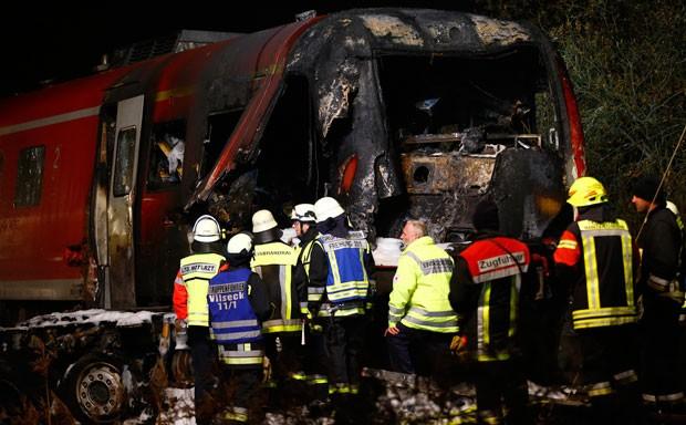Bombeiros são vistos em local de colisão entre trem e caminhão em Freihung, no sul da Alemanha, na noite de quinta-feira (5) (Foto: Matthias Schrade/AP)