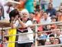 Torcedor símbolo do Anápolis leva galo para o estádio e espera o título