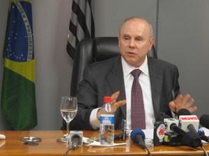 Mantega fala à imprensa nesta sexta (Foto: Darlan Alvarenga/G1)