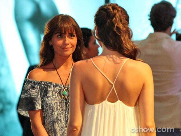 Clara fica impressionada com Marina (Foto: Carol Caminha / TV Globo)