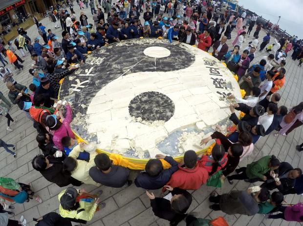 Chefs chineses prepararam um tofu de cinco metros de diâmetro em Luoyang (Foto: Reuters)