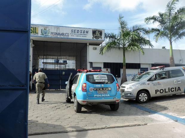 Viaturas da Polícia Militar entraram no Presídio Juiz Antônio Luiz Lins de Barros na manhã desta quarta (Foto: Marina Barbosa/G1)