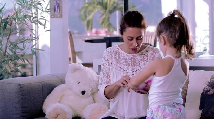 Maria interrompe a gravação para servir 'chá' para a mamãe Dani Monteiro (Foto: Gshow)