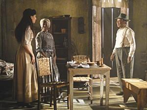 Afonso interrompe a conversa de Isabel e Jurema (Foto: Lado a Lado / TV Globo)