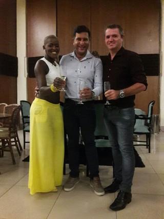 Angélica Ramos e Laurent Mougeot em encontro com Junior Donatto para falar sobre detalhes do casamento (Foto: Marcio Meira/Espaço Onix/Divulgação)