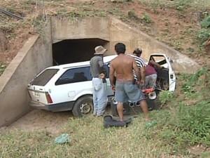 Veículo saiu da pista e caiu neste bueiro. (Foto: reprodução\InterTV dos Vales)