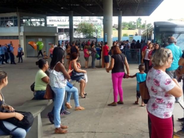 Passageiros em Campinas esperam ônibus em terminal (Foto: Reprodução EPTV)