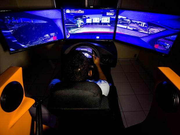 Máquina simula cenário e situações de trânsito reais (Foto: Jonathan Lins/G1)