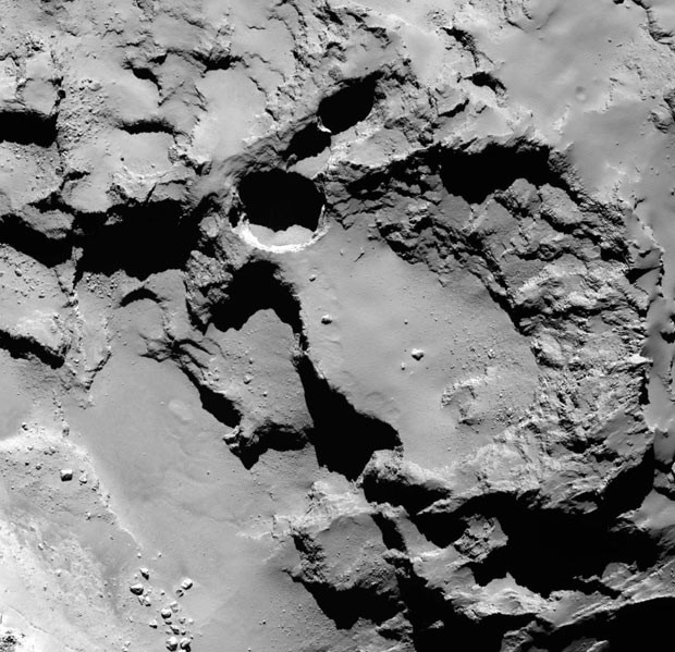 Cientistas estudaram a presença de grandes crateras em cometa (Foto: Vincent et al., Nature Publishing Group, ESA via AP)