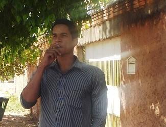 Alan Alves consome em média um maço de cigarro por dia (Foto: Henrique Corrêa/G1)