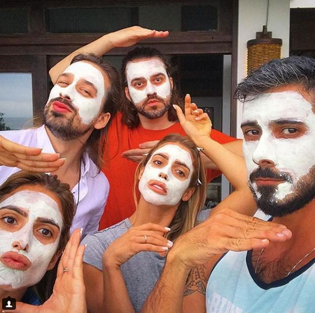 Bia e Branca fizeram máscara de argila com amigos (Foto: Reprodução Instagram)