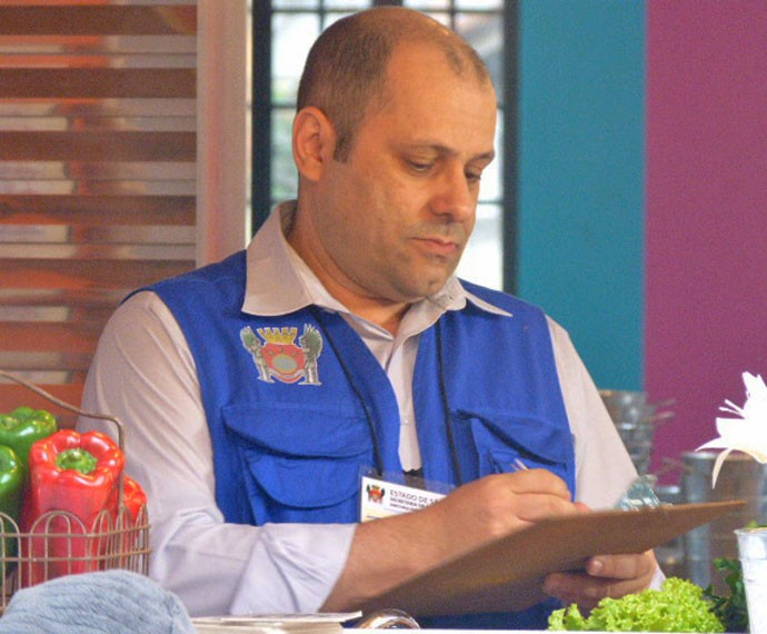 Fiscal interdita e multa o restaurante depois de encontrar baratas no local (Foto: TV Globo)