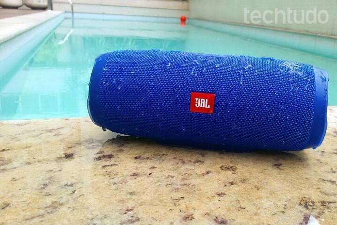 Caixa de som da JBL é à prova dágua (Foto: Isabela Giantomaso/TechTudo)