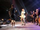 Prevenida, Carla Perez deixa shortinho à mostra em show de Xanddy no Rio