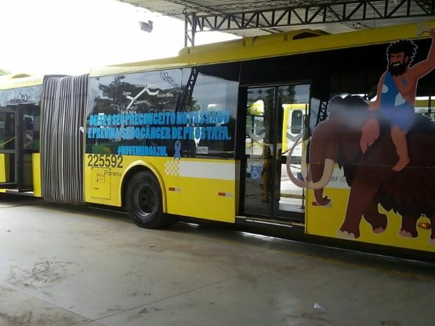 BRT com identificação da campanha Novembro Azul, em Brasília (Foto: Divulgação)